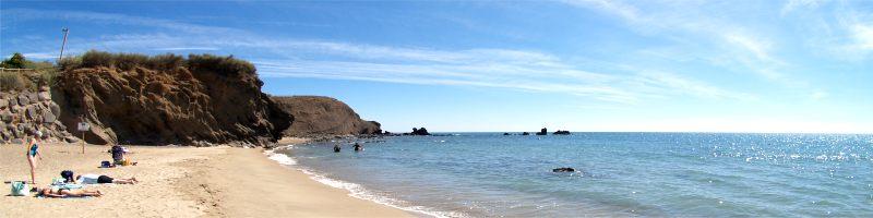 plage de l'avant port et ses falaises