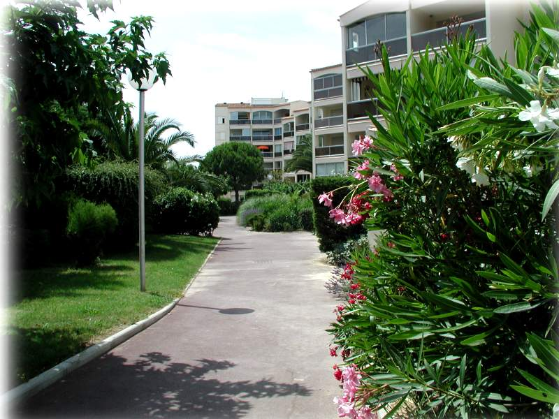 Locations r sidence les terrasse d 39 h lios 2 pi ces cabine for Cap d agde jardin
